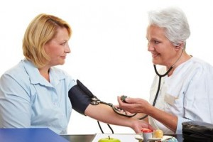 Ärztin misst Blutdruck