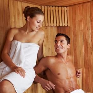 Paar sitzt gemeinsam in einer Sauna